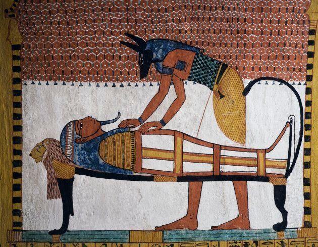 El dios egipcio Anubis, con cabeza de