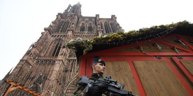 Un soldado de la Operación Centinela monta guardia cerca del lugar donde se produjo un ataque en