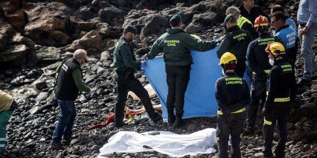 Efectivos policiales y de rescate cubren el cuerpo de uno de los inmigrantes