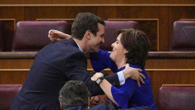Sáenz de Santamaría y Casado se saludan en el Congreso, en una imagen de