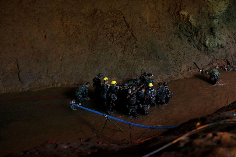 Equipos de rescate rastrean el interior de la