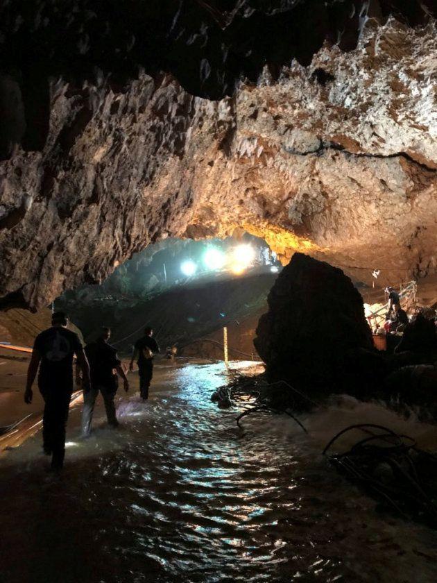Personal de los equipos de rescate en el interior de la cueva