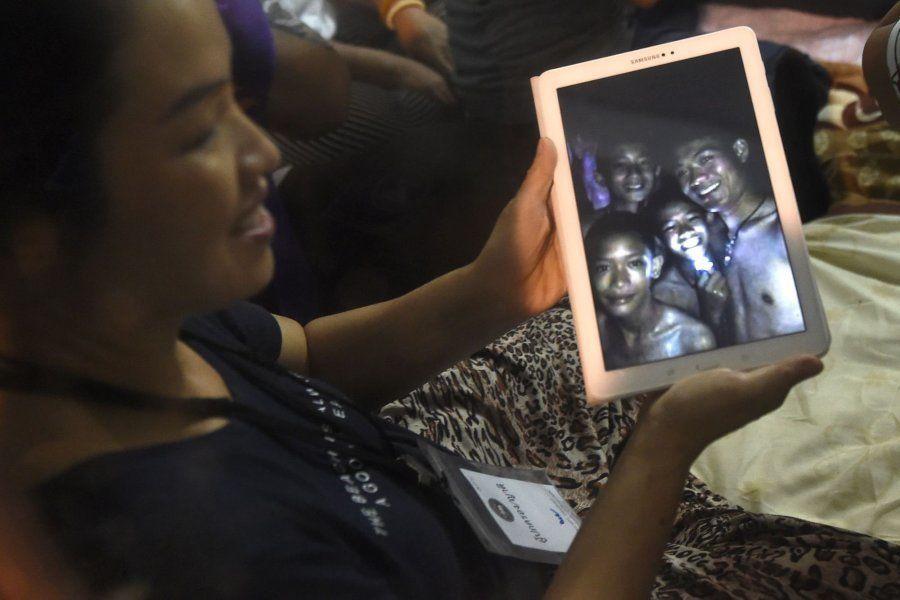Familiares sujetan la grabación con los niños sonriendo tras ser