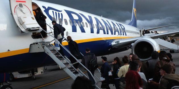 Un grupo de pasajeros se sube en un avión de Ryanair en el aeropuerto de Stansted en Reino
