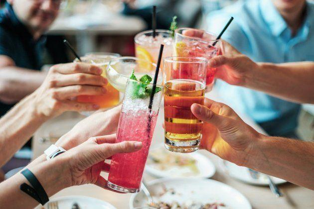 7 consejos para comer saludable en las reuniones con amigos este