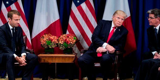 El presidente de Estados Unidos, Donald Trump (C), escucha a un intérprete durante un encuentro con el...