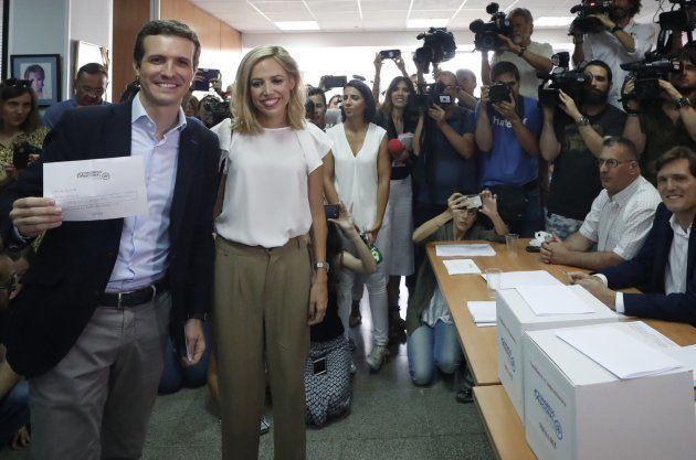 Santamaría gana la primera vuelta de las primarias del PP y un 'sorprendente' Casado le disputará el