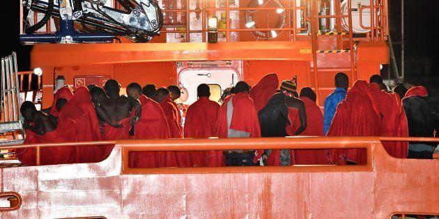 Un grupo de 51 personas desembarca en el puerto de Alborán, tras haber sido rescatado por Salvamento...