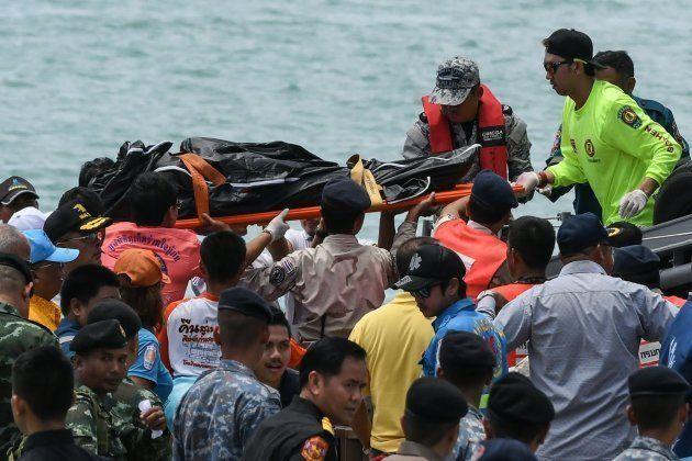 Los equipos de rescate trasladan el cuerpo del buzo muerto en la