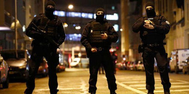 Fuerzas especiales de la policía francesa aseguran un área durante una operación policial donde el presunto...