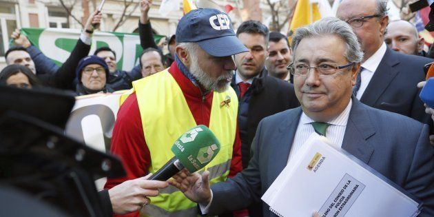 El ministro del Interior, Juan Ignacio Zoido, se dirige a los policías concentrados frente a la Dirección...