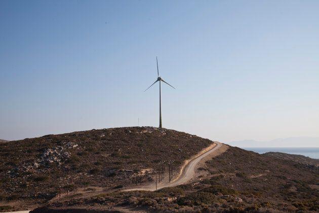 Un molino de viento en Tilos (Grecia), la primera isla del Mediterráneo que funcionará solo con energías
