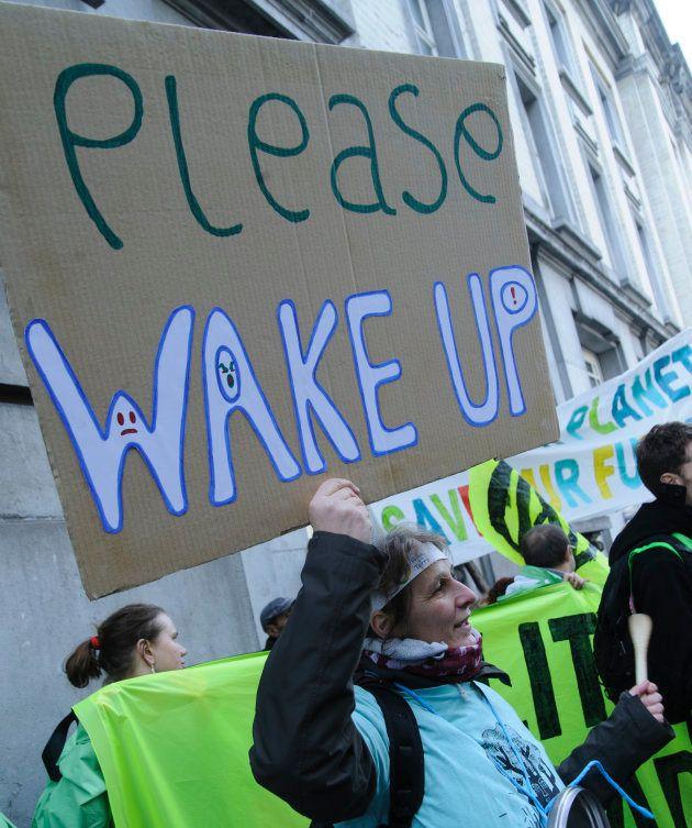 Una manifestante pide a los políticos que despierten en