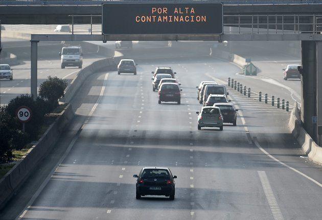 Cartel en la M-30 alerta de la alta contaminación en