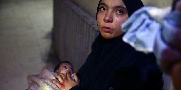 Heba Amouri ofrece a su hija su dedo ante la ausencia de alimentos, en un hospital de Douma, el pasado...