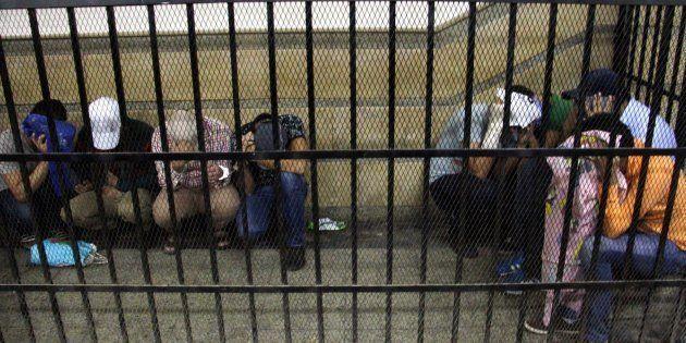 Foto de archivo de ocho egipcios condenados a tres años de cárcel en 2014 por asistir a una boda