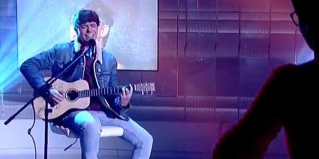Alfred Garcia ('OT') interpreta en directo en 'La 2 Noticias' su canción 'De la Tierra hasta