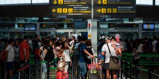 Colas de pasajeros en el control de seguridad del aeropuerto de El Prat,