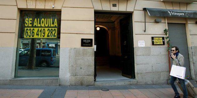 Locales cerrados con el cartel de alquiler en la calle Velázquez de