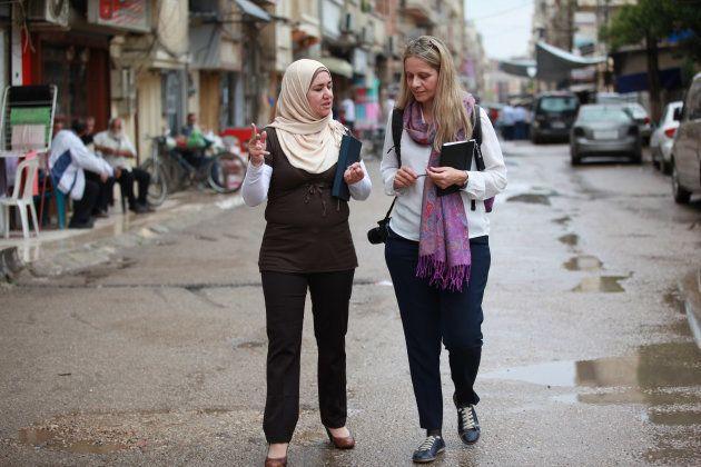 La directora ejecutiva de UNRWA España, Raquel Martí, durante una visita a los campos de