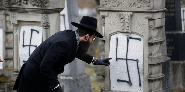 FOTOS: Un cementerio judío en Francia amanece plagado de