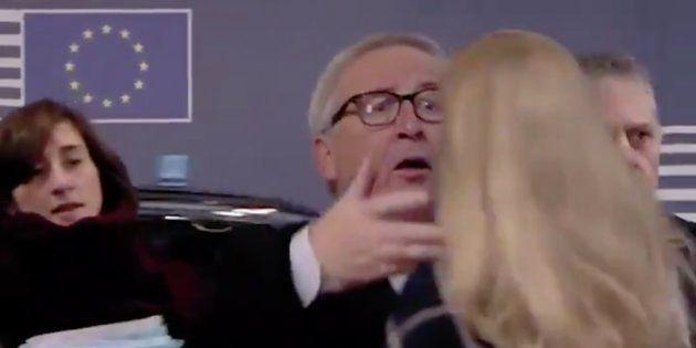 Jean-Claude Juncker sacude el pelo a una mujer a su llegada a la Comisión