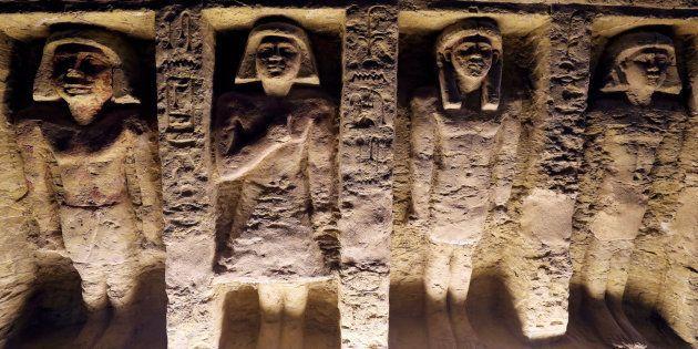 Estatuas en relieve en el interior de la tumba recién descubierta en