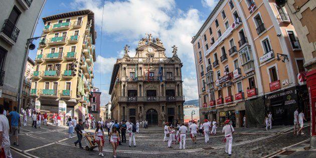 La Plaza Consistorial de Pamplona, momentos previos al tradicional lanzamiento del Chupinazo que inaugura...