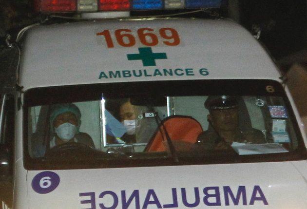 Una ambulancia lleva a uno de los rescatados de la