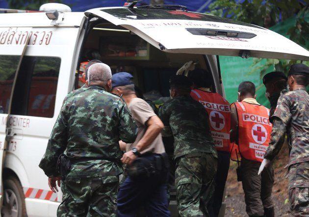 Miembros de los servicios de rescate se preparan para el segundo día de