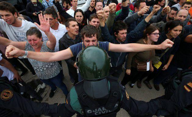 Imagen de la actuación policial en el colegio Ramón Llull de Barcelona, el