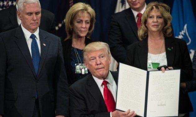Trump muestra la orden, recién firmada, para construir el muro con