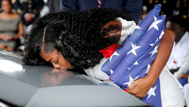 Myeshia Johnson besa el féretro de su difunto