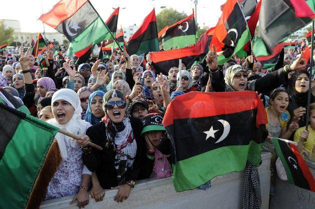Un grupo de mujeres enarbolan la bandera nacional, en la celebración de la liberación de Libia, en Misrata...