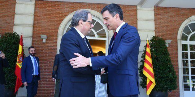 El presidente del Gobierno, Pedro Sánchez, saluda al president de la Generalitat, Quim Torra, en La