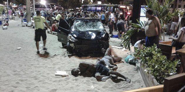 Personas heridas permanecen en el suelo tras el atropello en Copacabana, Río de