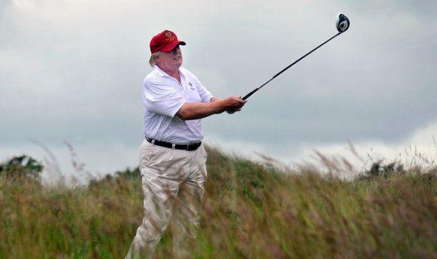 Trump juega al