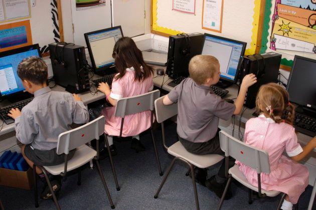 Clase de informática en un centro