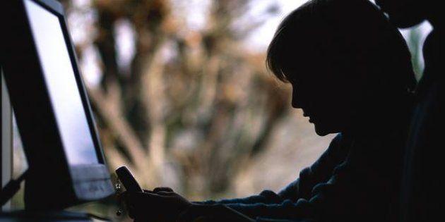 Un niño usa un ordenador en clase, en una imagen de