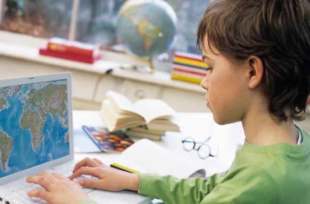 Un estudiante trabaja sobre un mapamundi en un