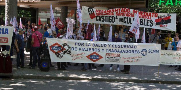Manifestación de los trabajadores de metro frente a la Asamblea de