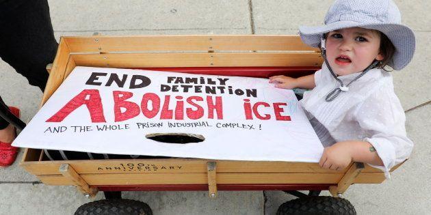 Padres e hijos participan en una manifestación contra las separaciones de familias