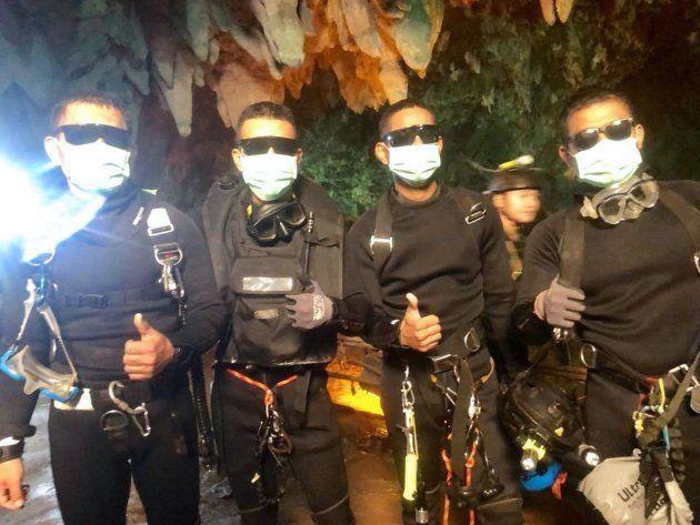 Miembros de los equipos de rescate celebran el éxito de la