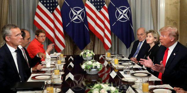 El presidente de EEUU, Donald Trump, durante un desayuno con el secretario general de la OTAN, Jens