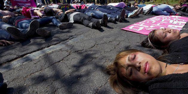 Un grupo de mujeres mexicanas participa en una 'performance' como víctimas de violencia