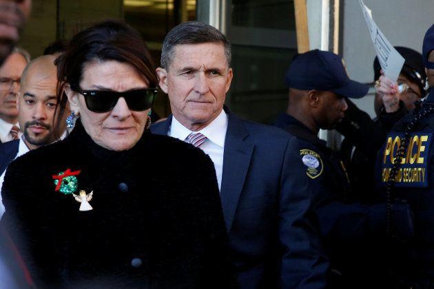 Flynn a su salida del juicio junto a su