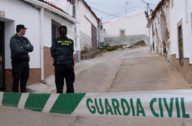 Guardias civiles junto a la vivienda en la que residía la asesinada Laura
