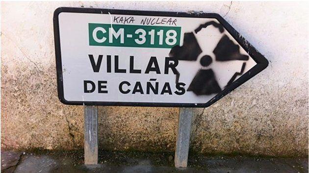 Una pintada contra el cementerio nuclear, cuya instalación está prevista en Villar de Cañas, en