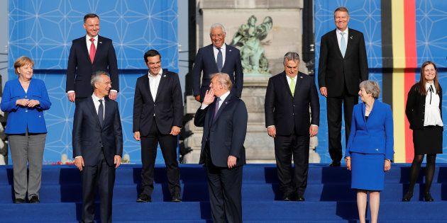Los líderes de los países que componen la OTAN, posando en el Parque del Cincuentenario de Bruselas,...