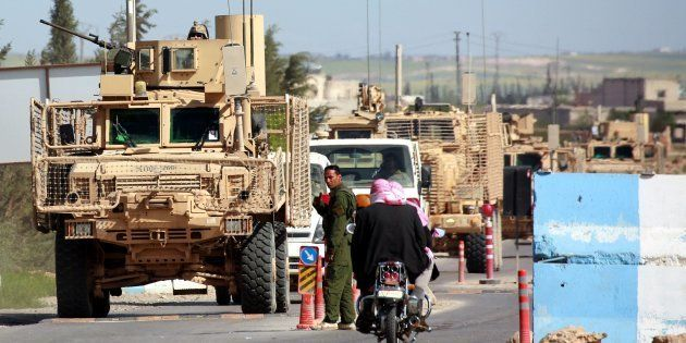 Imagen tomada el pasado 3 de abril en Manbij (norte de Siria) de vehículos de la coalición que lidera...